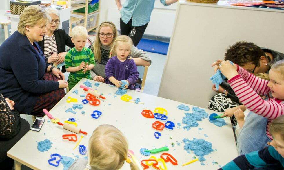 TRANGE RAMMER: Under de rammene barnehagesektoren drives på nå, kan det ikke garanteres at barn får det tilpassede tilbudet de trenger og har krav på, skriver kronikkforfatteren. Her er Erna Solberg på besøk i en barnehage på Torshov i Oslo, for tre år siden. Foto: Vegard Wivestad Grøtt / NTB scanpix