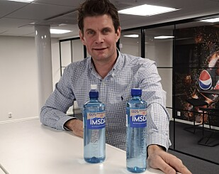 FØRST UTE: Nicolay Bruusgaard viser fram de første flaskene som er laget av 100% resirkulert plast.
