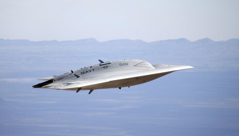 STYRER SEG SELV: Kampdronen X-47B klarer sjøl å ta av og lande, og kan modifiseres til å gjennomføre autonome angrep. Den er laget for det amerikanske militæret, og kan fly over 3000 kilometer og i over seks timer før den må ha pause. Foto: NTB Scanpix