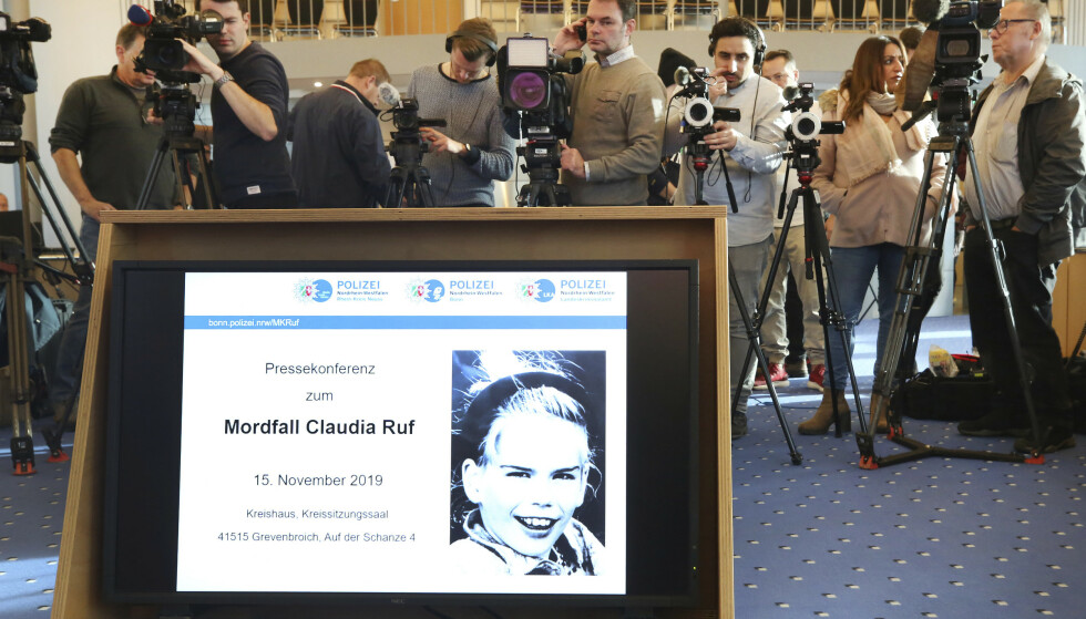 STOR INTERESSE: Pressen står klare foran en pressekonferanse der politiet kunne opplyse om at 900 menn er innkalt for å avlegge DNA-prøve. Foto: Roland Weihrauch/dpa via AP
