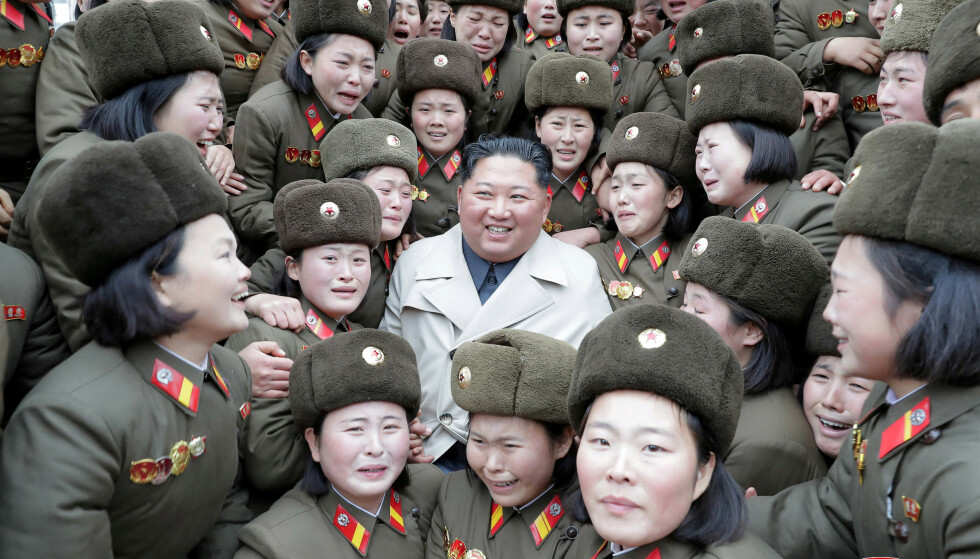 KIM-BESØK: Kim Jong-un besøkte - for første gang i løpet av sin åtte år lange regjeringstid - de kvinnelige soldatene på Changrin-øya. Hans far Kim Jong-il skal ha besøkte de samme soldatene for flere tiår siden. Foto: KCNA / REUTERS / NTB Scanpix