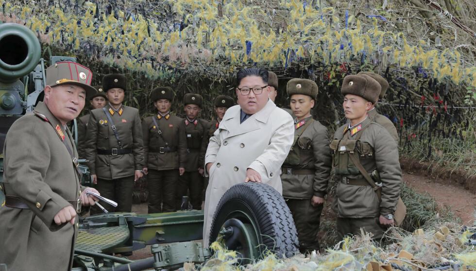 REAGERER: Kim Jong-un beordret prøveskyting med artillerivåpen under besøket. Det får Sør-Korea til å reagere. Foto: KCNA / Ap / NTB Scanpix