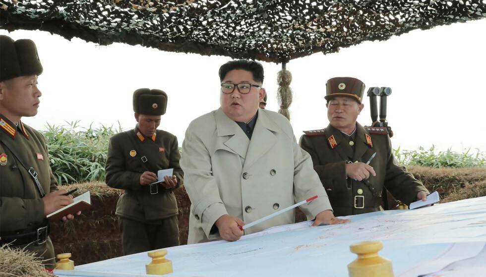 PÅ INSPEKSJON: Kim Jong-un har holdt seg relativt lavt i terrenget i høst. De siste ukene har han hatt flere opptredner. Foto: KCNA / Reuters