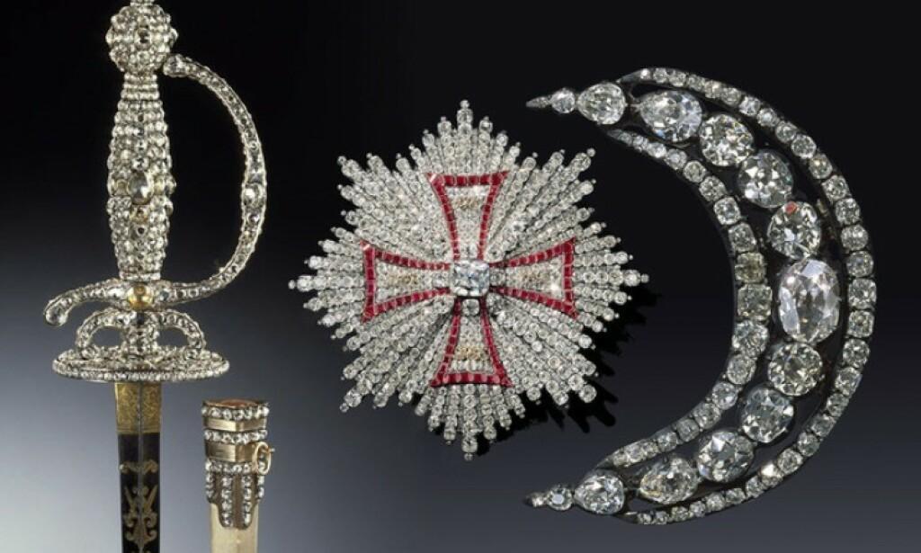 STJÅLET: Et sverd med tilhørende slire, en brosje med diamanter og et halskjede bestående av diamanter og andre juveler. Foto: Det grønne hvelvet