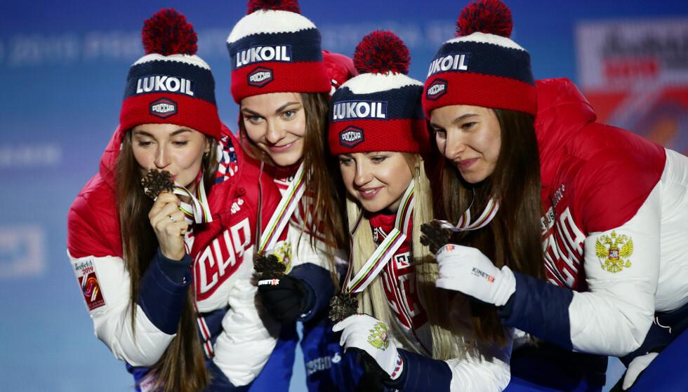 KAN BLI UTESTENGT: Russland, her representert ved det kvinnelige stafettlaget under VM i Seefeld, kan bli nektet å vise fram nye medaljer i de neste fire årene. Hvis WADA stenger dem ute, må eventuelle utøvere konkurrere i nøytrale farger. Ingen av utøverne på dette bildet har blitt utestengt for dopingbruk. Foto: NTB Scanpix
