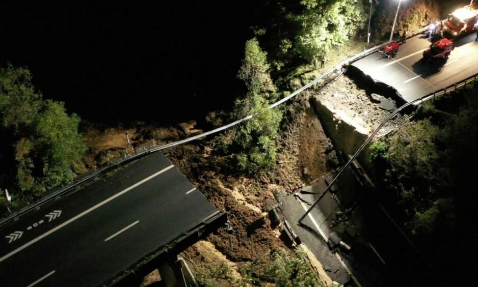 KOLLAPS: Ei bru har kollapset i Italia som følge av jordras. Foto: NTB Scanpix