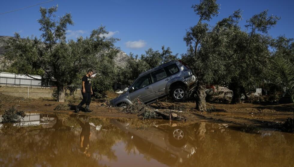 STENGT: Motorveien ved Athen er blitt stengt som følge av uværets herjinger. Foto: NTB Scanpix