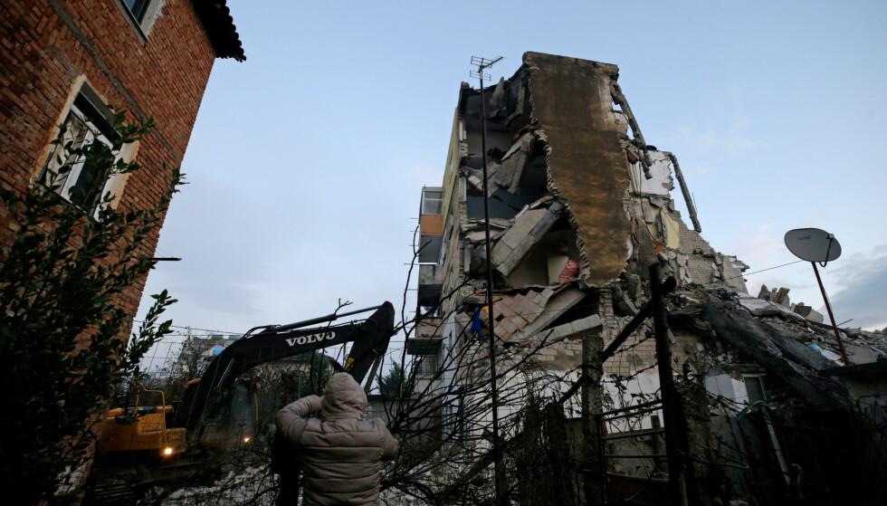 RYSTET: Denne bygningen i byen Thumane fikk hard medfart i jordskjelvet. Foto: REUTERS/Florian Goga