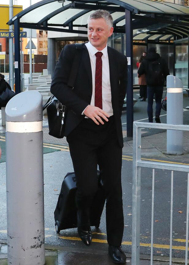 EUROPA LEAGUE I SIKTE: Ole Gunnar Solskjær på flyplassen i Manchester i ettermiddag. Han tar med seg en svært ung tropp til Astana-kampen. Foto: NTB scanpix