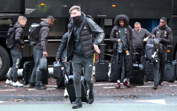 STØ KURS: James Garner styrer i retning av flyplass-inngangen etter å ha fått med kofferten fra spillerbussen. Foto: NTB scanpix