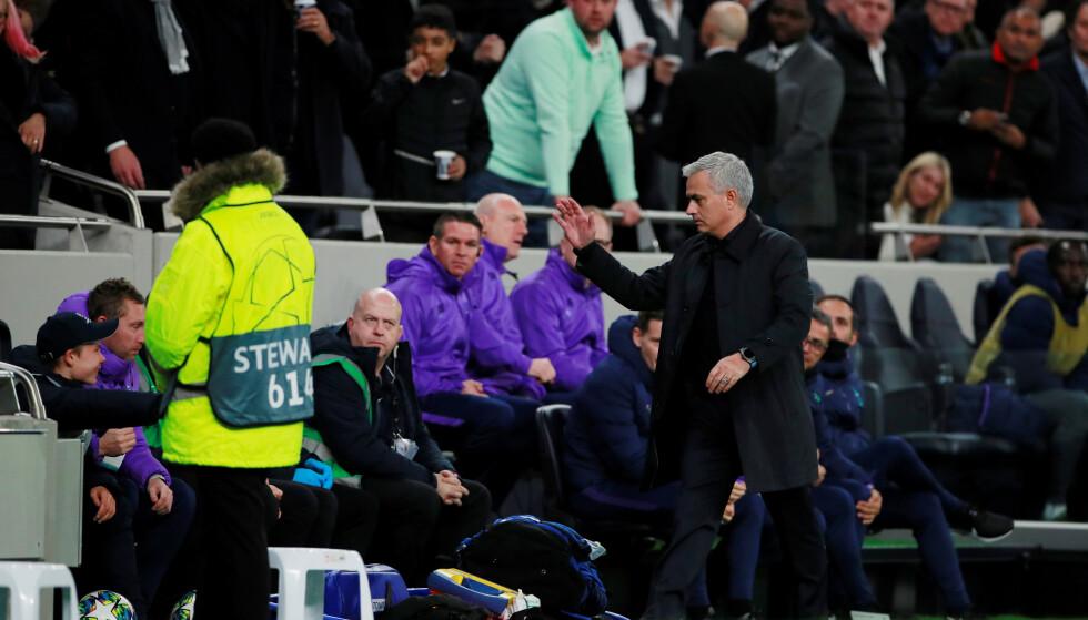 Takket ballgutt: Jose Mourinho hyller en ballgutt etter utligningen mot Olympiakos. Foto: NTB Scanpix