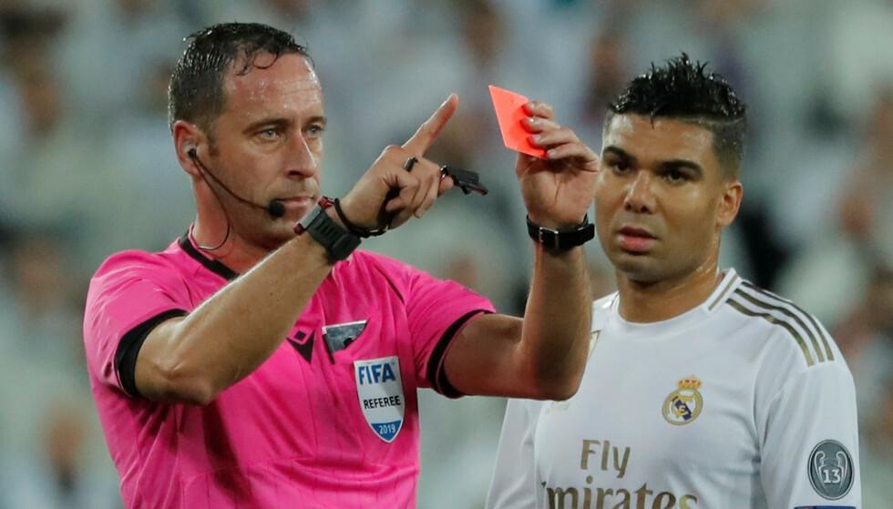 OMGJORDE: Dommer Artur Soares Dias trakk tilbake et rødt kort og straffe mot Real Madrid og ga vertene et frispark i stedet. Foto: REUTERS/Susana Vera/NTB Scanpix
