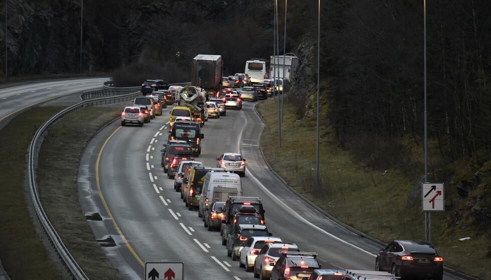 KORK PÅ E39: Bergensere våknet til trafikkaos i dag tidlig. E39 er stengt inn mot sentrum etter en kolossal vannlekkasje. Politiet frykter at E39 kan kollapse. Foto: Marit Hommedal / NTB scanpix