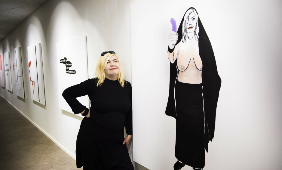 FIN NOK?: Unni Askeland med utstillinga «Er jeg fin nok for deg?» på Galleri Fine Art i 2017. Her har hun malt seg selv toppløs med en dildo i hånda. Foto: Lars Eivind Bones