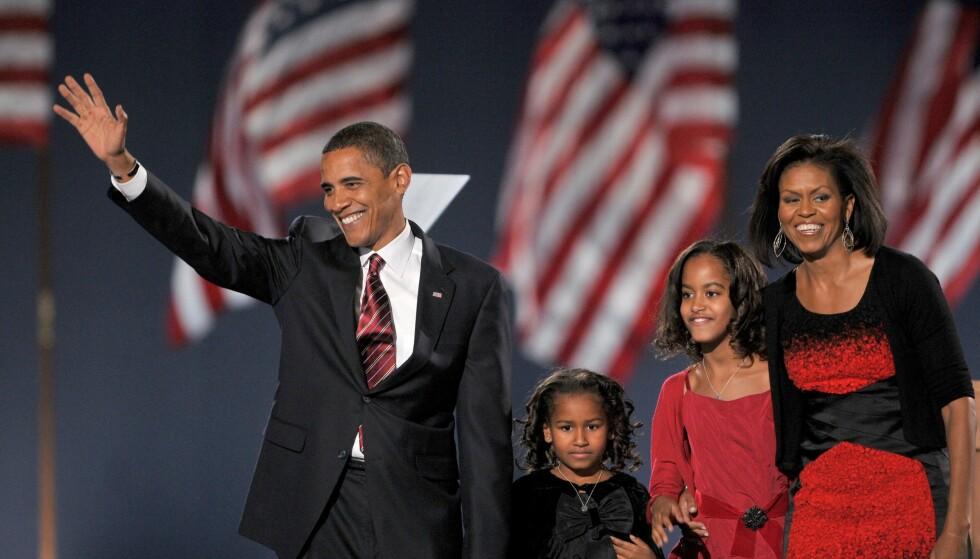 ELLEVE ÅR SIDEN: På Instagram er det blant annet en som påpeker hvor mye Obama-døtrene har forandret seg siden de ble med foreldrene ut på scenen da Barack Obama vant presidentvalget i 2008. Foto: NTB Scanpix