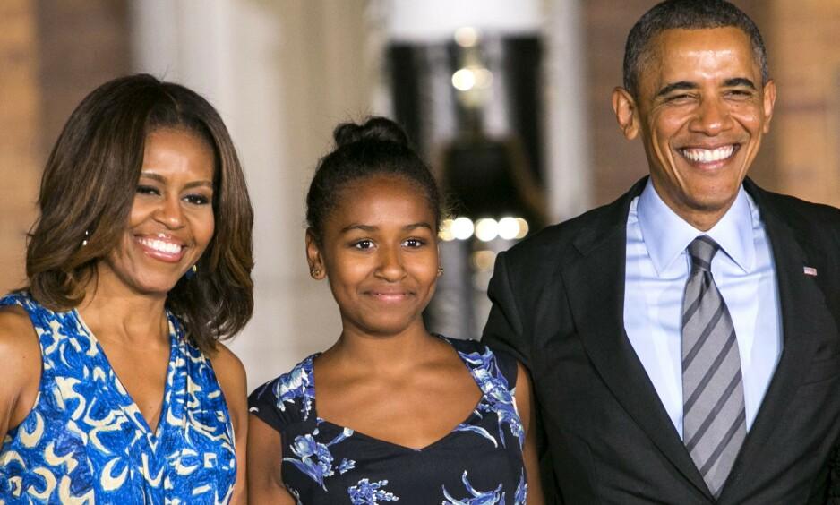 Onsdag delte Michelle Obama et bilde av familien, der flere påpeker at yngstedattera, Sasha Obama, er nærmest ugjenkjennelig. Her er Michelle, Sasha og Barack Obama avbildet i 2014. Foto: NTB Scanpix
