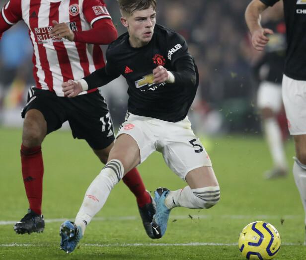 SCORET: Manchester Uniteds Brandon Williams dunket ballen i mål fra distanse mot Sheffield United. Foto: Jon Super/AP/NTB Scanpix