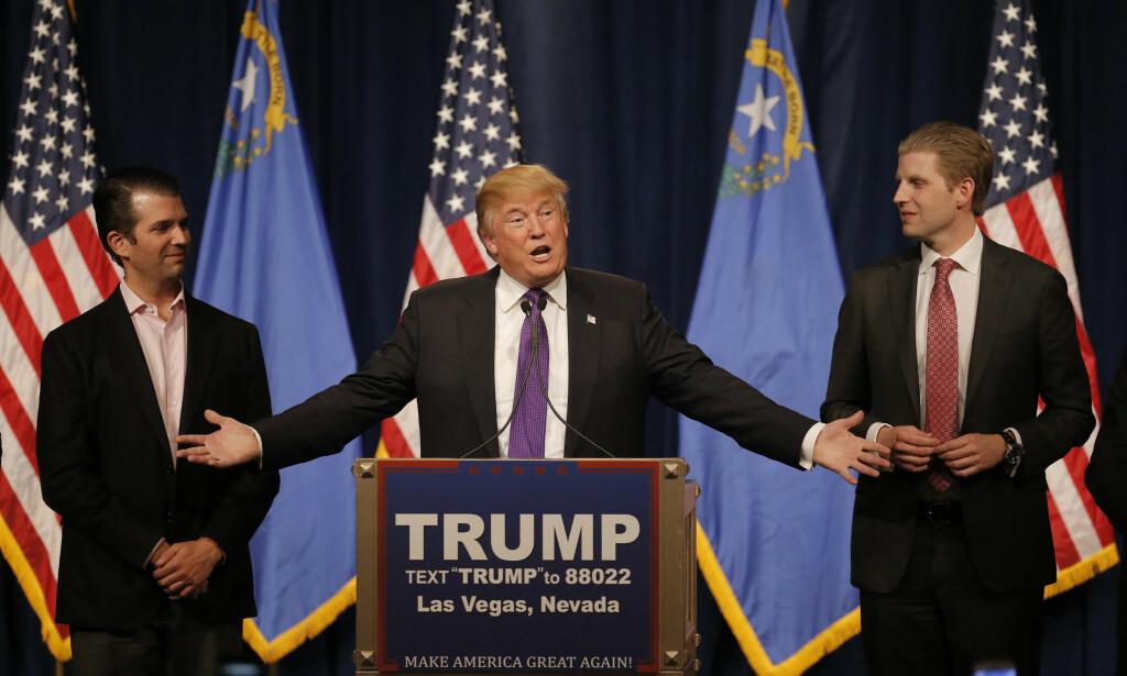 FORFATTERSØNN: Donald Trump Jr. (t.v.) har gitt ut boka «Triggered» som er på toppen av bestselgerlista til New York Times. Her med sin far, president Donald Trump, og sin bor, Eric Trump. Foto: Reuters / NTB Scanpix
