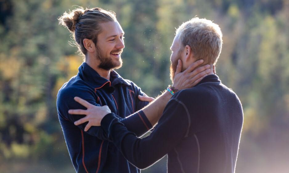 NÆRT VENNSKAP: Leif Kristian Tindeland (28) og Mathias Scott Pascual etter sesongens siste tvekamp. Foto: Alex Iversen/TV 2