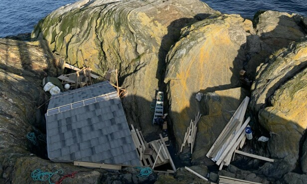 BORTE: Hytta der Odd-Karl bodde, er feid på havet i løpet av dagen. Foto: Hanne K.H. Unander