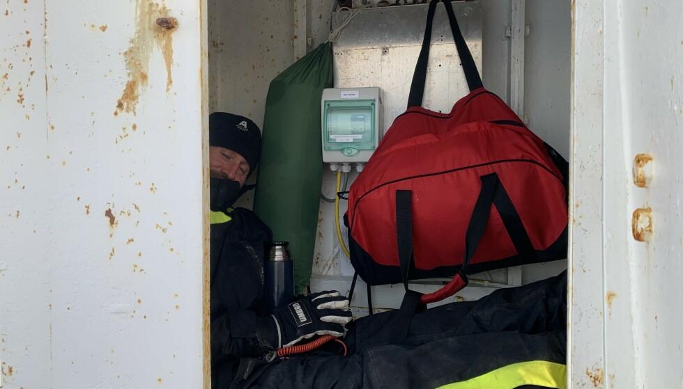I FYRET: Odd-Karl har søkt tilflukt i fyrtårnets batterirom. Foto: Hanne H.K. Unander