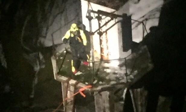 GJØR SEG KLAR: Bildet, som er tatt fra Sea King-helikopteret, viser Odd-Karl Stangnes like før han blir heist opp. Foto: 330-skvadronen ved Banak flystasjon