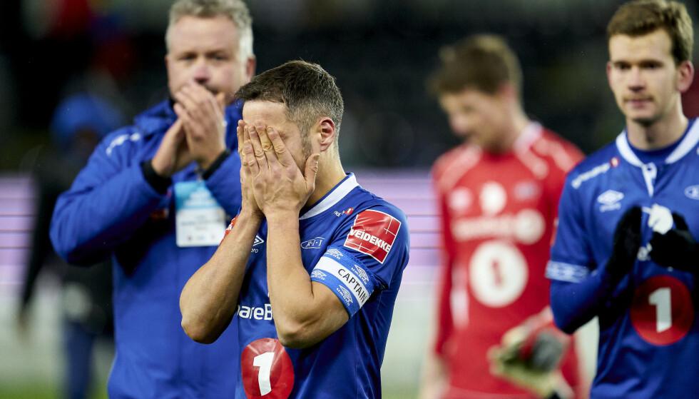 MÅ TA DEN TUNGE TUREN NED: Ranheim-spillerne fortvilte etter at nedrykket ble klart. I pausen hersket det full forvirring. Foto: NTB/Scanpix