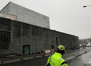 UFERDIG: Nasjonalmuseet sett fra Dokkveien. Her kan du se monteringen av materialet på Lyshallen, som er en form for glass med marmor. Foto: Caroline Drefvelin
