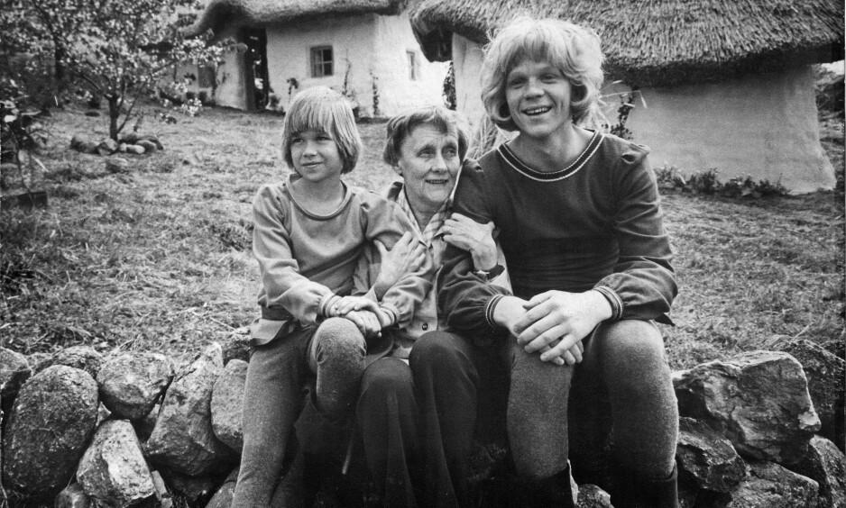 43 ÅR SIDEN: Her er Lars Söderdahl t.v i rollen som Karl «Kavring» Løve avbildet sammen med avdøde Astrid Lindgren og Staffan Götestam i rollen som Jonatan i 1976 under innspillingen av «Brødrene Løvehjerte». Foto: NTB Scanpix