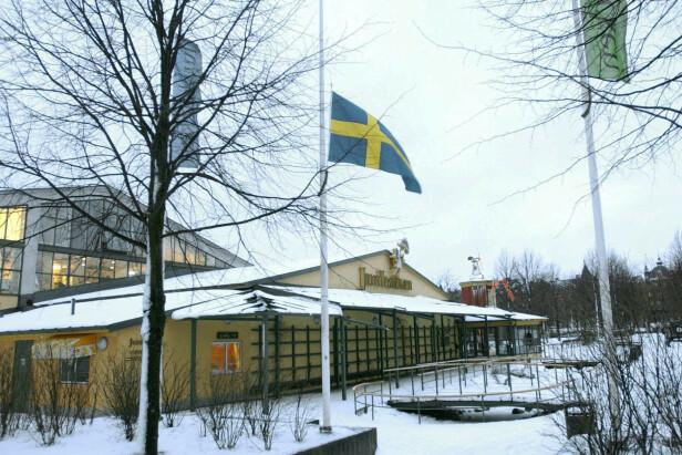 JUNIBACKEN: Her er flagget på halv stang utenfor Junibacken i Djurgården i Stockholm etter at nyheten om at Astrid Lindgren var død ble kjent. Foto: Fredrik Sandberg / NTB Scanpix