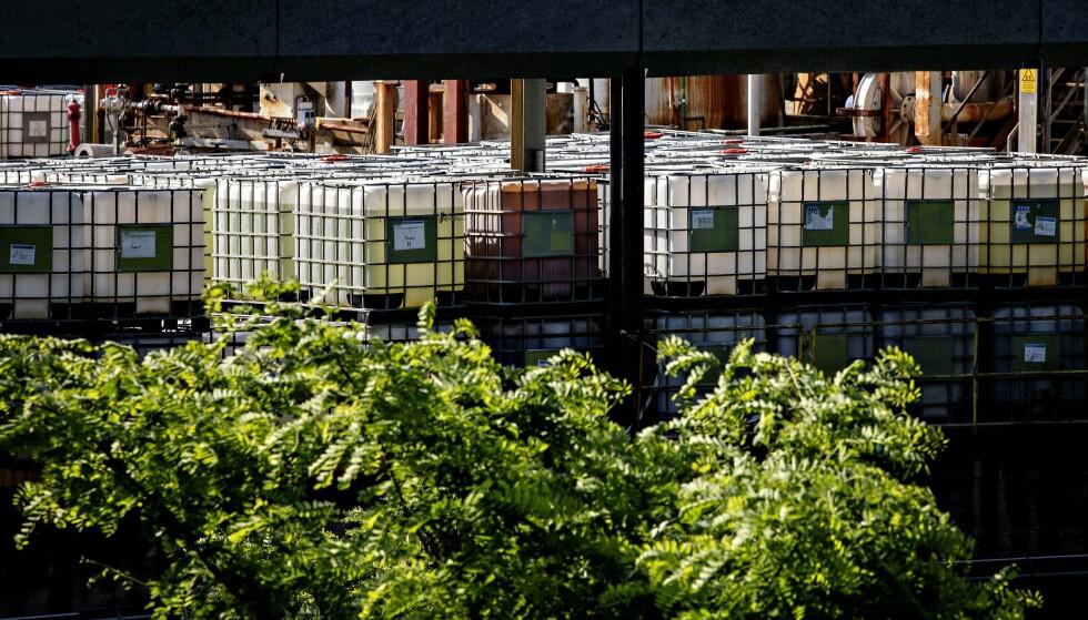 ANLEGGET: Miteni gikk konkurs, men det sto fortsatt store kjemikalietanker på anlegget da Dagbladet var i området i juni. Her lagde Miteni i over 30+ år fluorkjemikaler til skismøringen til norske Swix. Foto: Nina Hansen