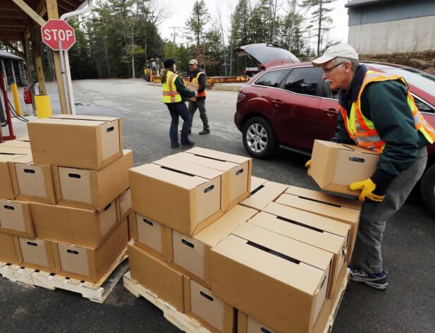 FORGIFTET VANN: Myndighetene måtte dele ut gratis vann på boks etter at 3M og DuPont - med flere - ble saksøkt av staten New Hampshire, etter at selskapene skal ha forgiftet vannet med PFAS-kjemikaler. Foto: AP / NTB scanpix