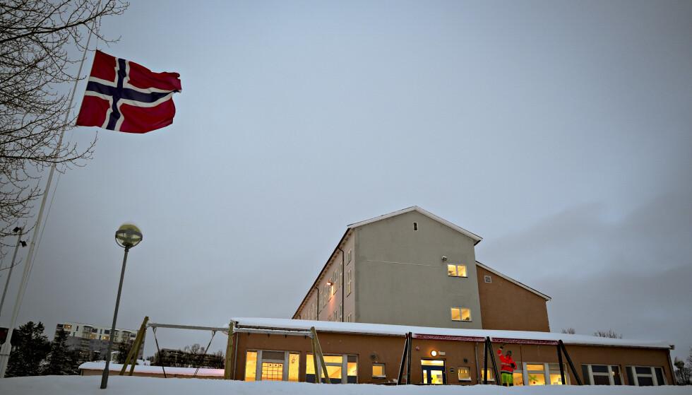 SORG: Tirsdag ble det flagget på halv stang ved Borgtun skole i Tromsø. Foto: Daniel Lilleng