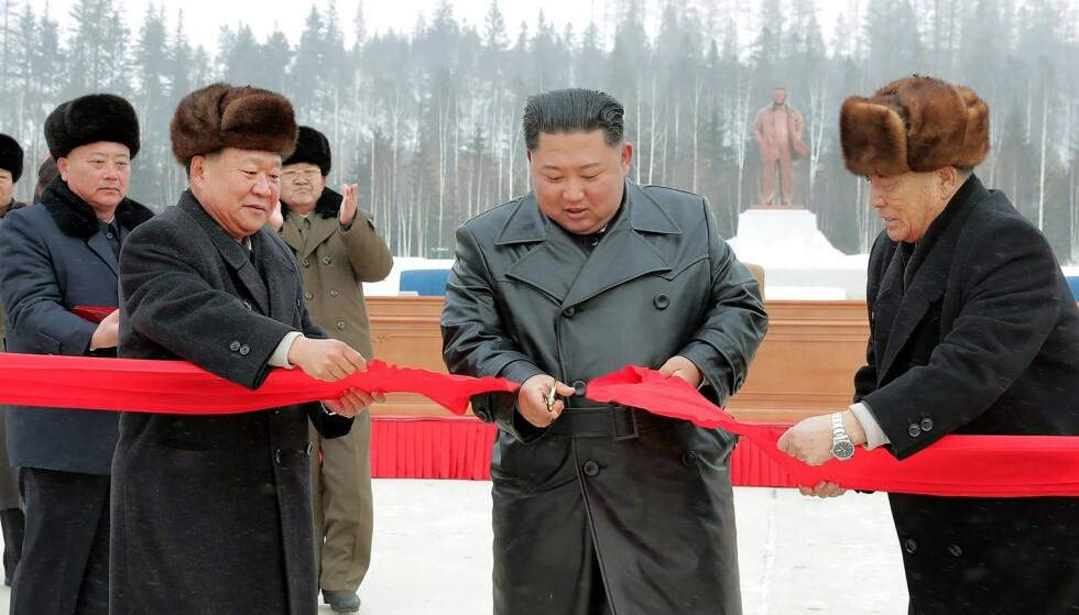 MØTTE OPP: Regimeleder Kim møtte selv opp for å klippe et rødt bånd. Foto: NTB Scanpix