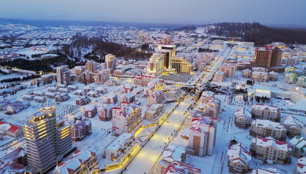 SKRYTEBY: Denne byen ble åpnet av regimeleder Kim Jong-un denne uka. Foto: NTB Scanpix