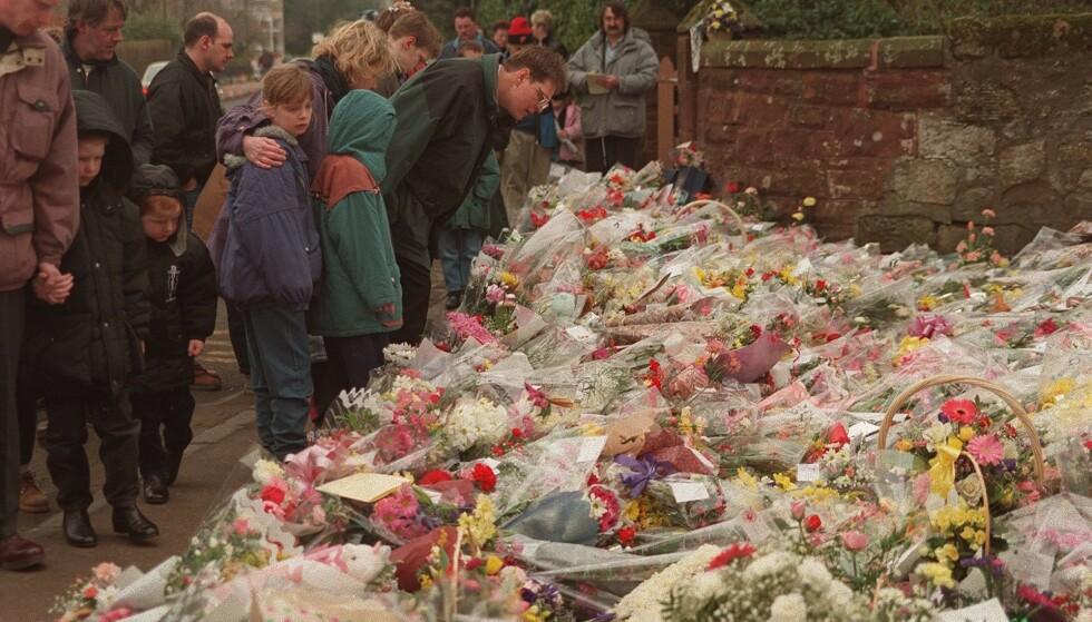 I SORG: Det var et lokalsamfunn i sorg som la blomster ned utenfor skolen etter tragedien. Foto: David Rose/The Independent/REX