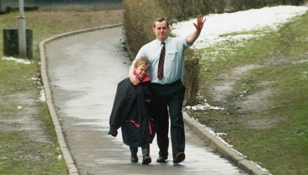 BRUTALT: En lærer trøster en knust elev ved skolen etter massakren. Foto: Drew Farrell/REX