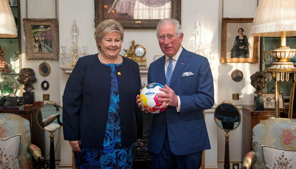 BÆREKRAFTSBALL: Erna Solberg møtte prins Charles i London tirsdag. De to diskuterte klima og bærekraftsmål. Norsk skole sto ikke på agendaen, men Erna Solberg møter nå 2009-utgaven av seg selv i døra. Foto: Victoria Jones/Pool via REUTERS