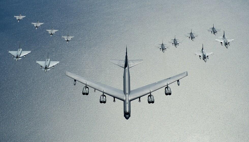 BOMBEFLY: En amerikansk B52 leder en formasjon av fly over det baltiske hav i juni 2016. Foto: NTB Scanpix