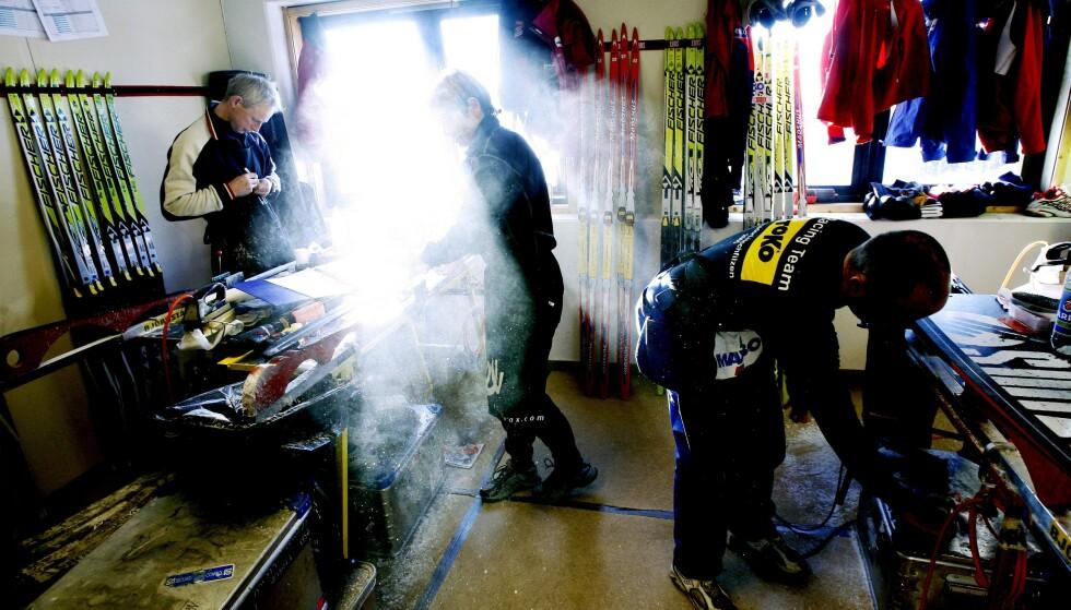STO UTENFOR LOVEN: De profesjonelle norske skismørerne har ikke hatt lovpålagt bedriftshelsetjeneste, slår Arbeidstlsynet fast overfor Dagbladet. På bildet smøres det ski under VM i Holmenkollen i 2011.  Foto: Daniel Sannum Lauten/ Dagbladet