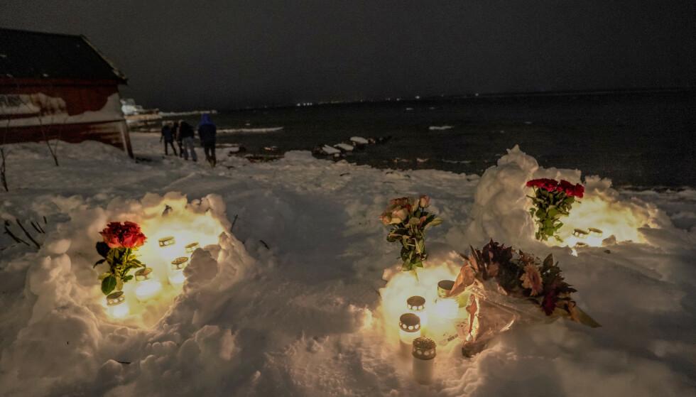 MINNES: Mandag ble en kvinne og tre barn hentet livløse opp av vannet ved Fagereng i Tromsø. Det er tent lys og lagt ned blomster ved stedet. Foto: Daniel Lilleeng