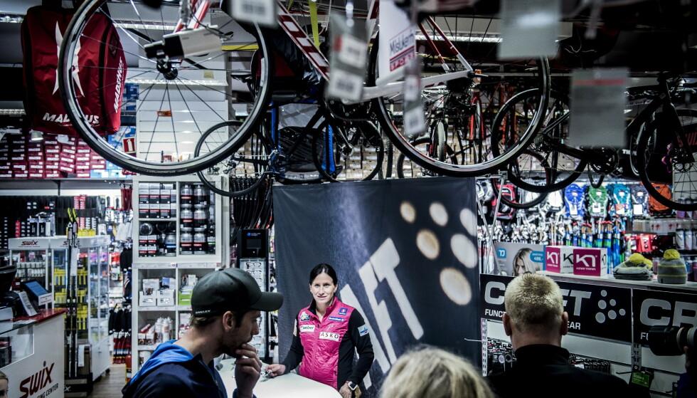 MILSLUKERN: Fluorsmøring er millionbutikk, og har bidratt til stor omsetning i sportskjeden Milslukern. Marit Bjørgen signerer her hansker på Milslukern i Oslo i 2015. Foto: Thomas Rasmus Skaug / Dagbladet