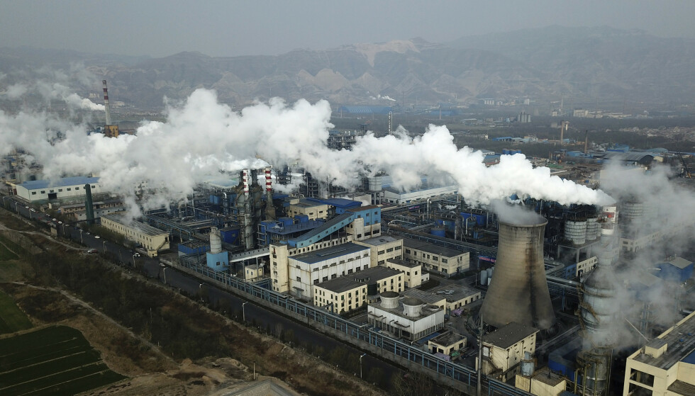 KULLFYRT: Kina bygger ut mer kullkraft enn resten av verden til sammen. Dette kan de gjøre uten å bryte sine forpliktelser i Paris-avtalen, noe Frp's Gisle Saudland reagerer på. Bildet er fra et kullkraftverk i byen Hejini provisen Shanxi nord i Kina. Foto: Sam McNeil / AP / NTB Scanpix