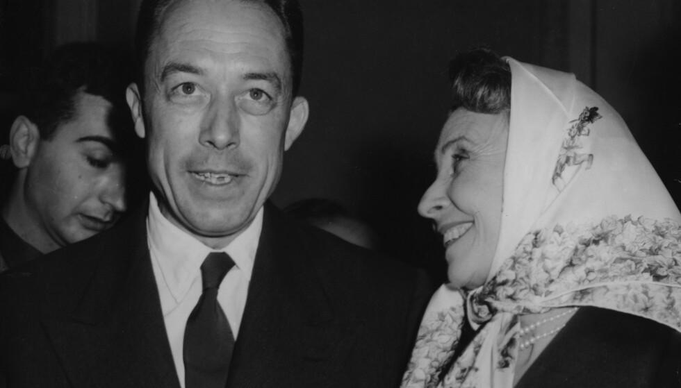 NOBELPRIS-VINNER: Etter å offisielt ha blitt annonsert som vinner av Nobels litteraturpris i 1957, blir Albert Camus gratulert av den franske skuespillerinnen Madeleine Renaud. Foto: NTB Scanpix