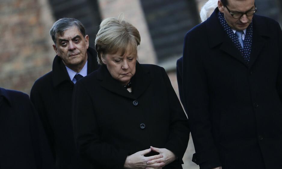 BØYD HODE: Tysklands statsminister Angela Merkel og den polske statsministeren Mateusz Morawiecki (til høyre) i den tidligere utryddelsesleiren Auschwitz-Birkenau. Foto: Markus Schreiber / AP / NTB scanpix