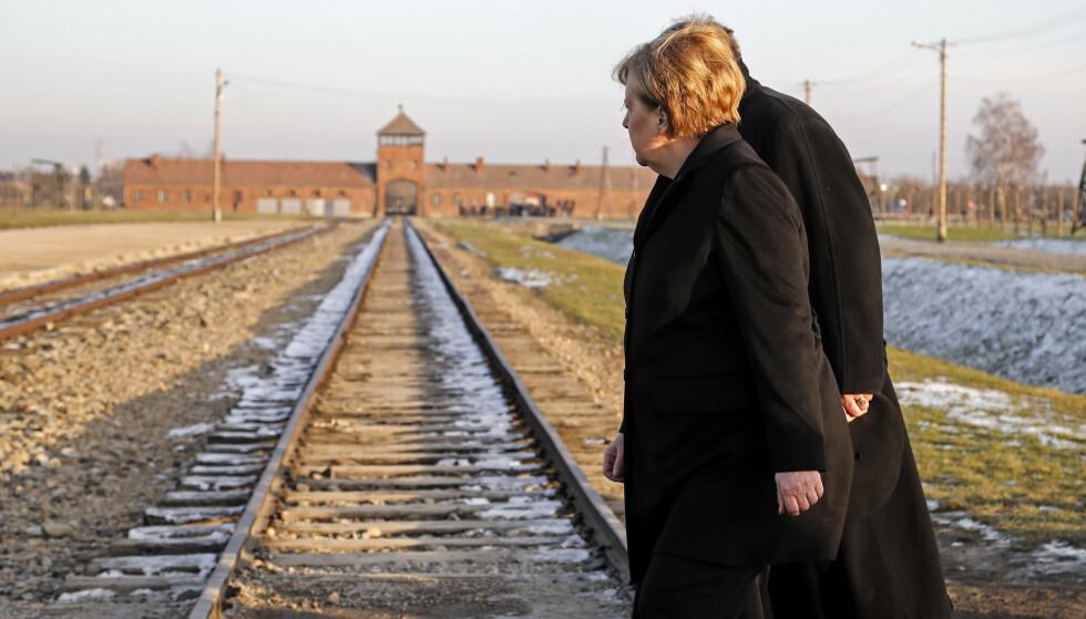 FRAKTET I TOG: Angela Merkel ved jernbanelinjen som fraktet jødiske ofre til utryddelsesleiren Auschwitz-Birkenau. Foto: Markus Schreiber / AP / NTB scanpix