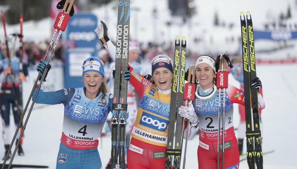 IKKE HELT ENNÅ: Therese Johaug (i midten), Jessica Diggins fra USA (t.v.) og Heidi Weng jublet etter skiathlon på Lillehammer i 2019. I år blir verdenscupen utsatt. Foto: Stian Lysberg Solum / NTB
