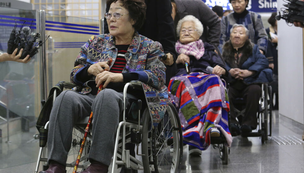 TVUNGET: Lee Yong-soo (t.v.), Lee Ok-seon og Gil Won-ok fra Sør-Korea var blant de titusenvis av unge jentene og kvinnene som ble tvunget inn i det såkalte trøstekvinne-systemet og måtte jobbe på bordeller drevet av den japanske hæren under annen verdenskrig. De har saksøkt japanske myndigheter. Foto: AP Photo/Ahn Young-joon