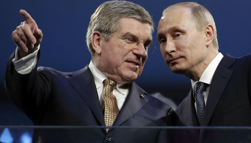 GAMLE KAMERATER: Thomas Bach og Vladimir Putin har i en årrekke hatt tett kontakt. Det preget selv WADAs beslutning om å utestenge Russland fra alle store mesterskap i fire år. FOTO: AP/Charlie Riede