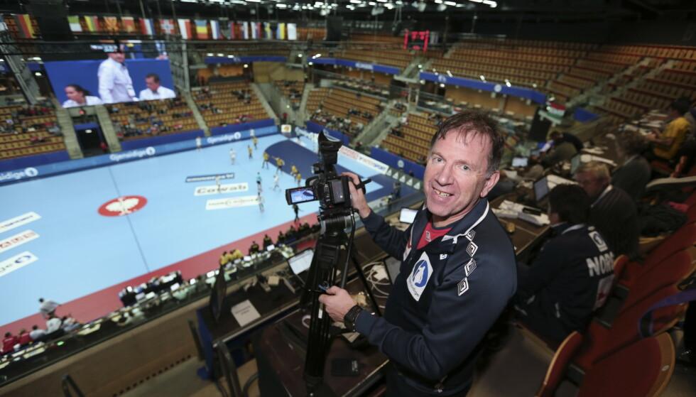 NY UTFORDRING: Mye eksos var å finne i finalehallen. Henning Krøger (på bildet) er videoanalytiker for Norges kvinnelandslag. Foto: Vidar Ruud / NTB scanpix